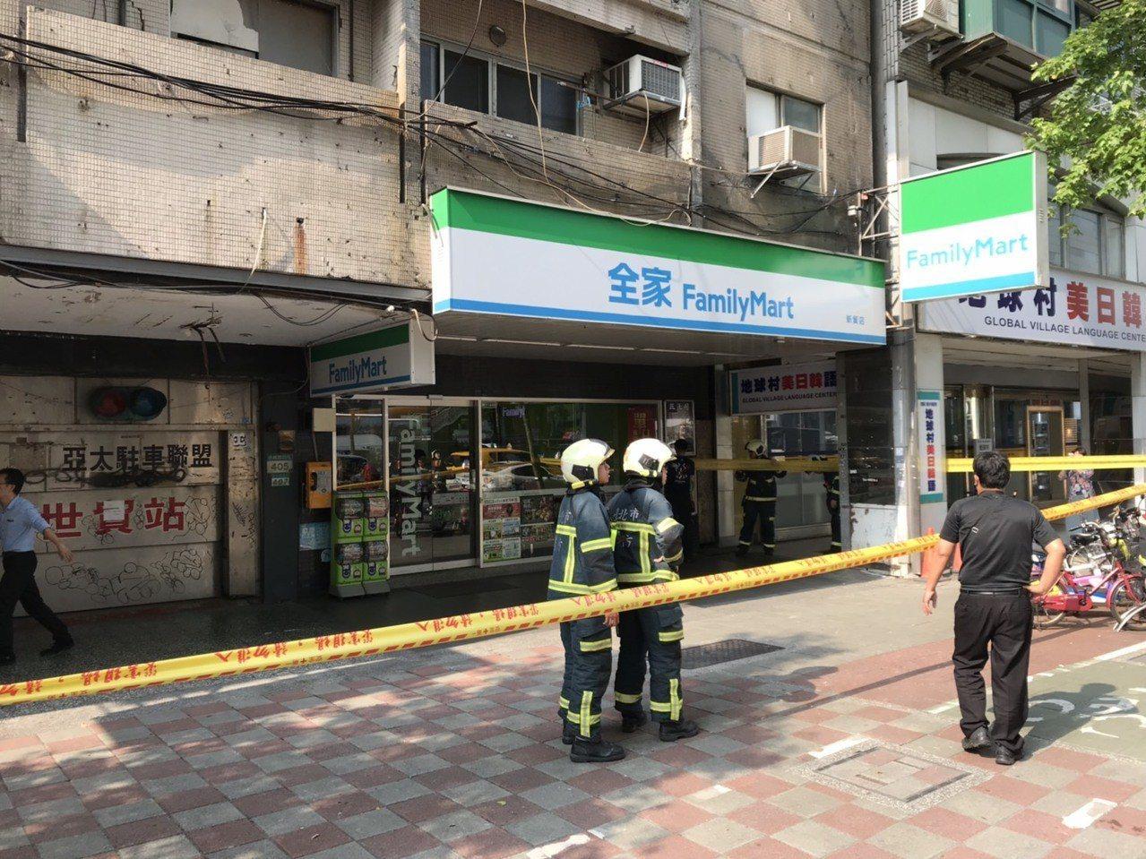 有民眾報案指台北市信義路四段某住商大樓傾斜,消防隊趕到拉封鎖線警戒,正在疏散民眾...