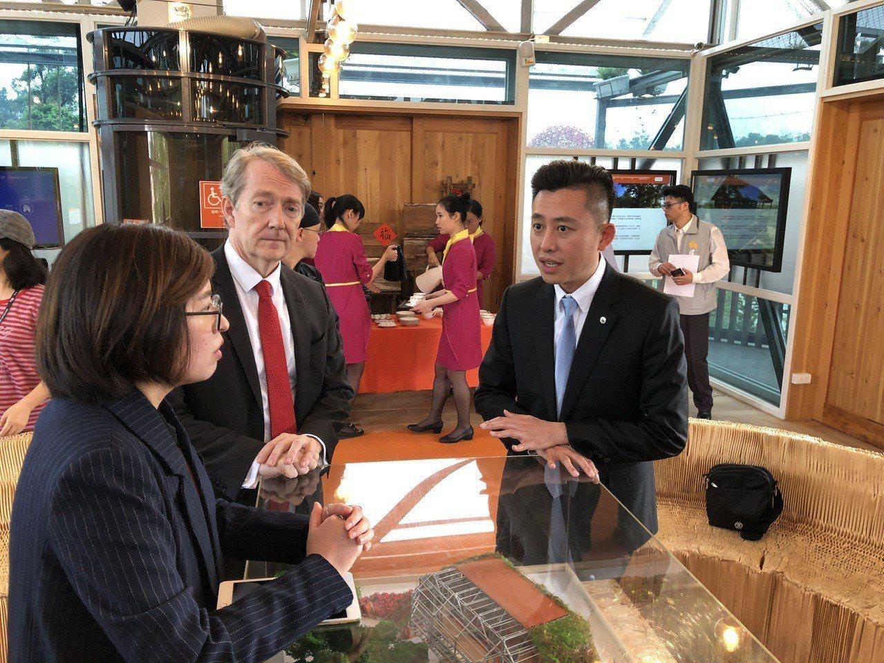 新竹市長林智堅(右)今天率團參訪台中花博荷蘭國家館,由荷蘭貿易及投資辦事處代表紀...