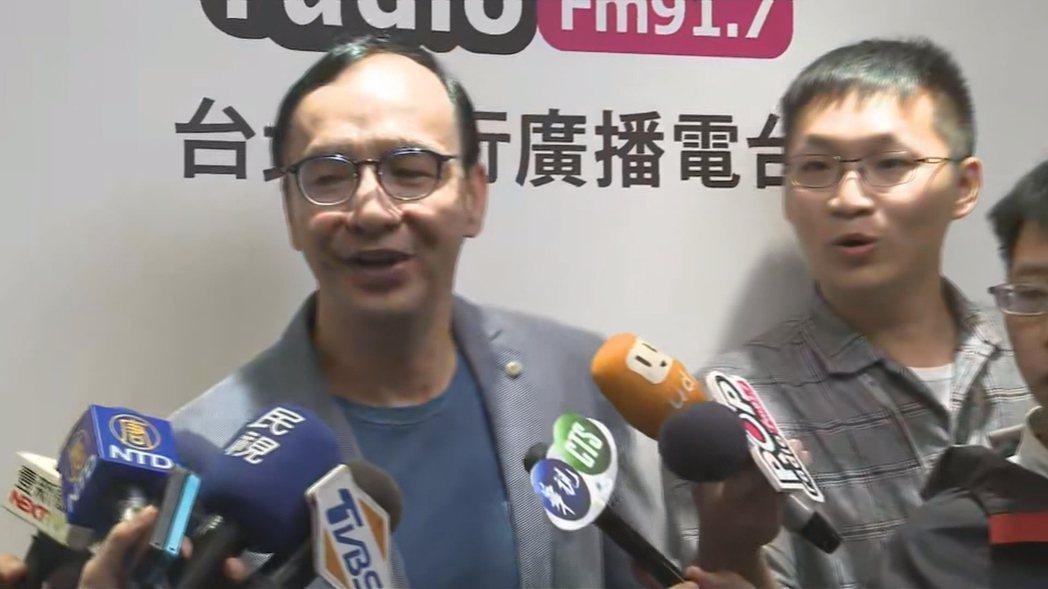 新北市前市長朱立倫受訪時,與媒體一同感受了台北震度4級的震撼。