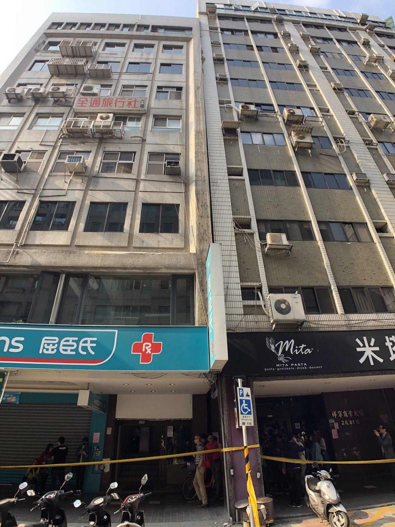 民眾表示,原本77號與81號大樓間有縫隙,現在卻「合了起來」,看了令人害怕。記者...
