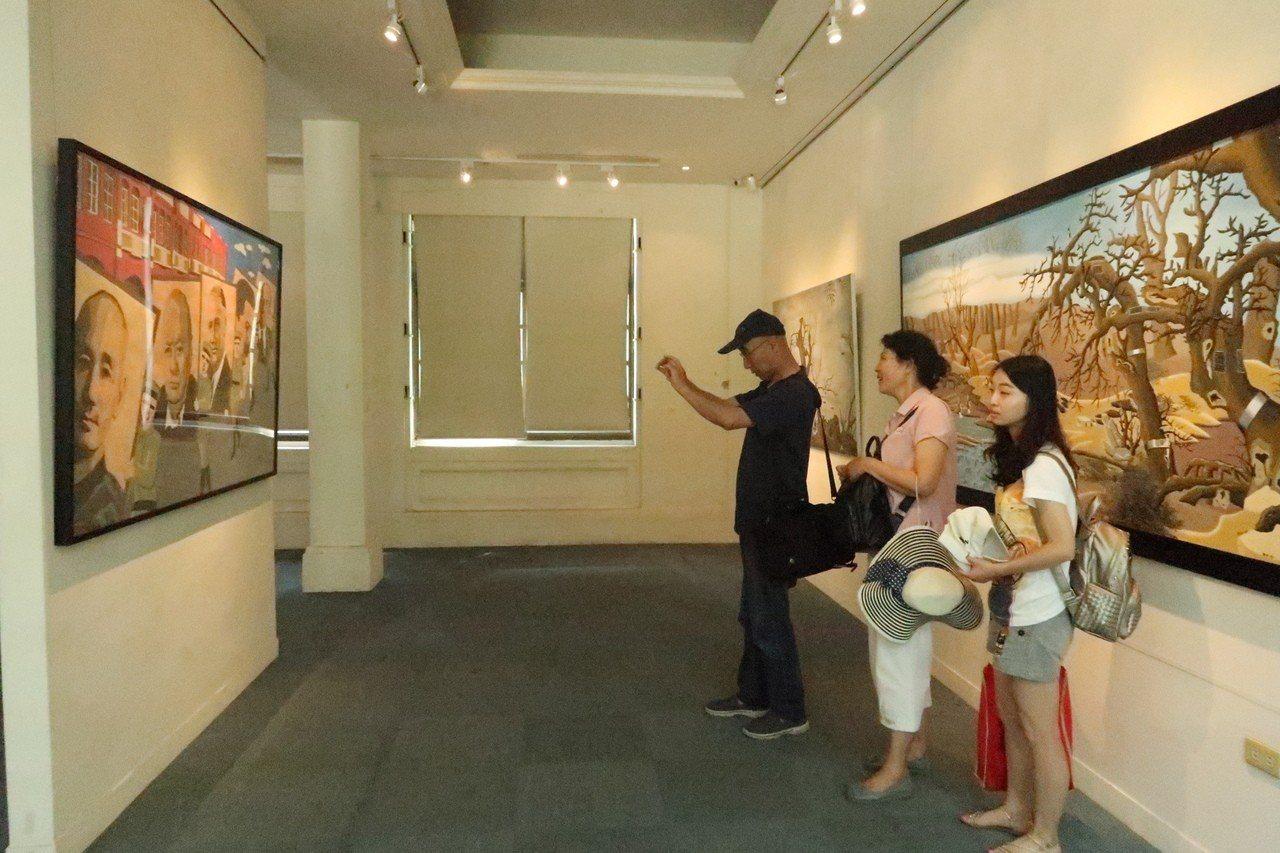 西灣藝廊內部正展出「嘟嘴男孩在西子灣-鄭崇孝個展」。記者徐如宜/攝影