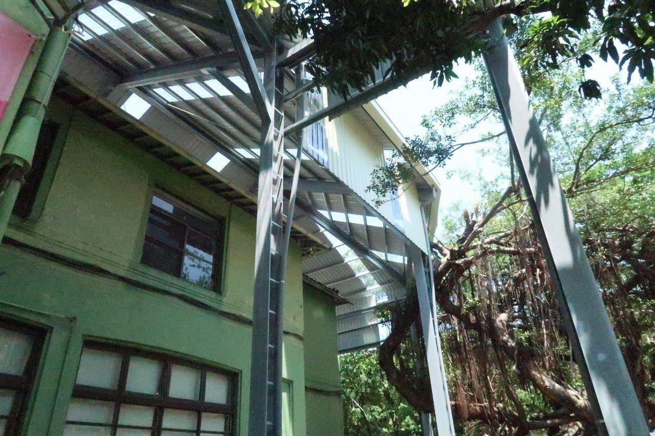 市定古蹟「西子灣蔣介石行館」歷史超過80年,漏水問題嚴重,正在進行修葺工程。記者...