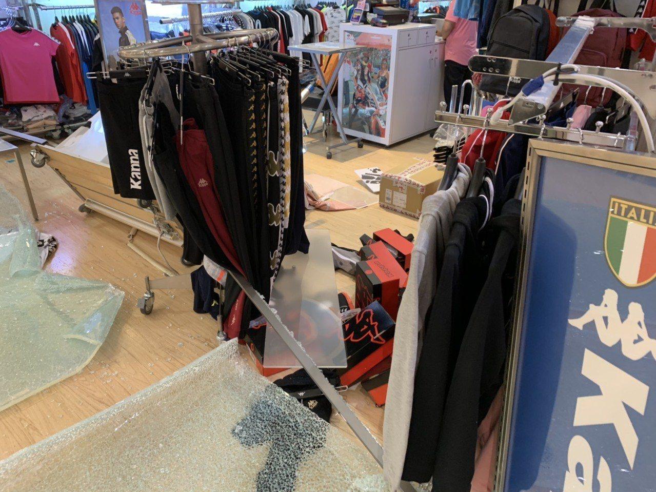 遠東百貨花蓮店3樓專櫃玻璃櫥窗被地震震碎一地。圖/遠百提供