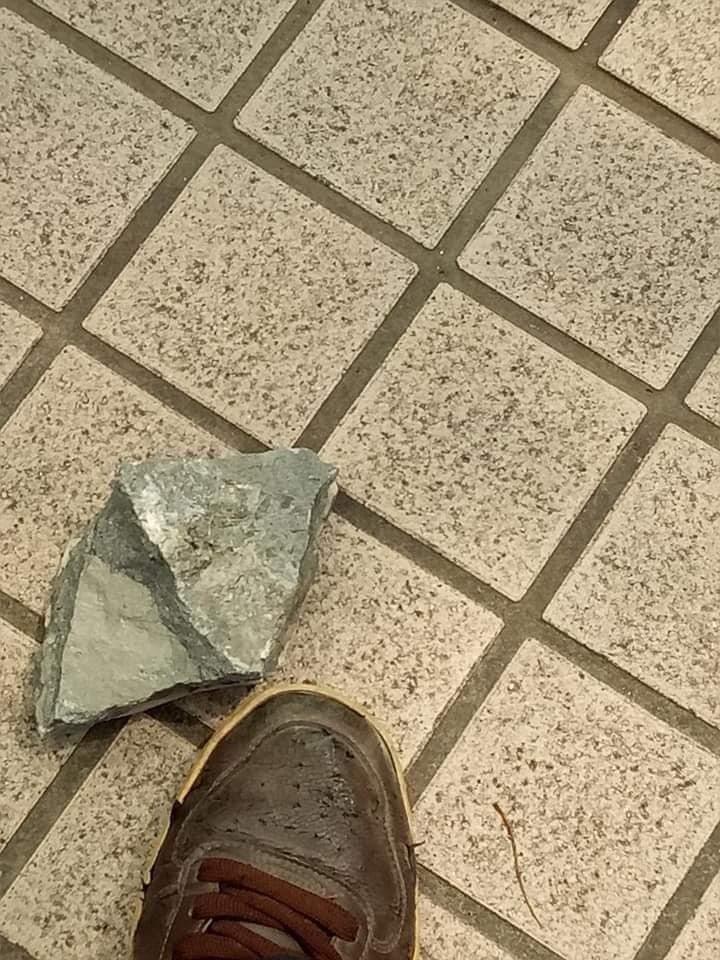大葉高島屋外牆磁磚出現剝落,掉下的石塊約拳頭大。圖/摘自爆料公社