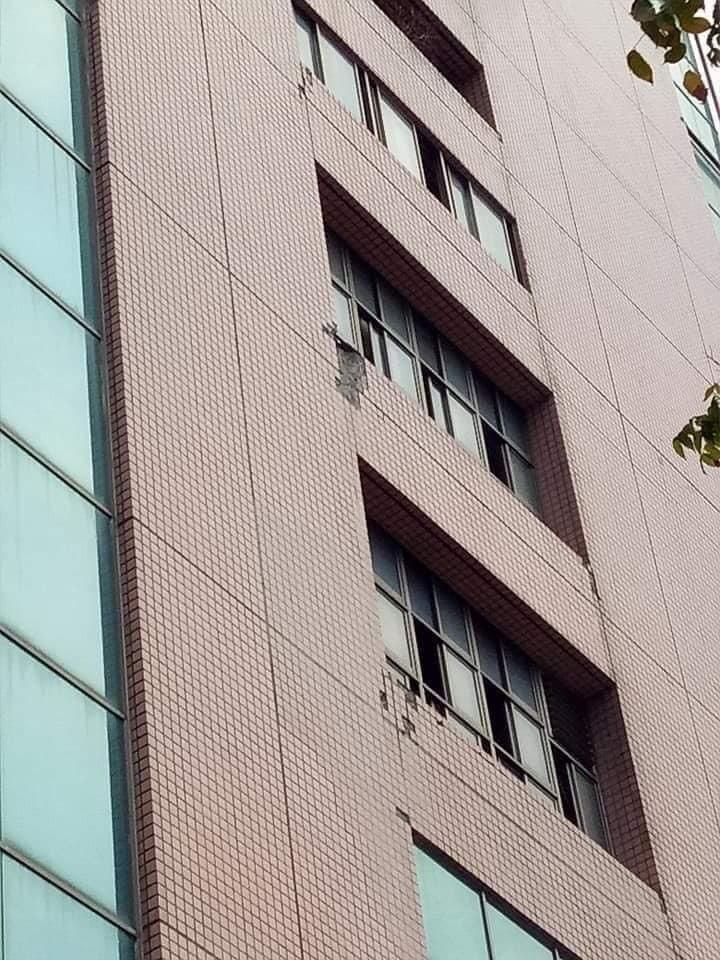 大葉高島屋外牆磁磚出現剝落。圖/摘自爆料公社