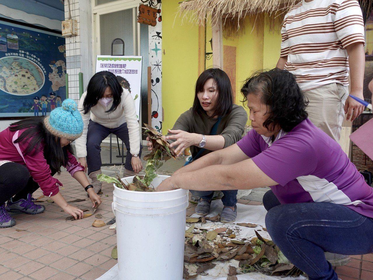 新北八里長坑國小工友示範以小型廚餘桶製作堆肥。圖/環保局提供