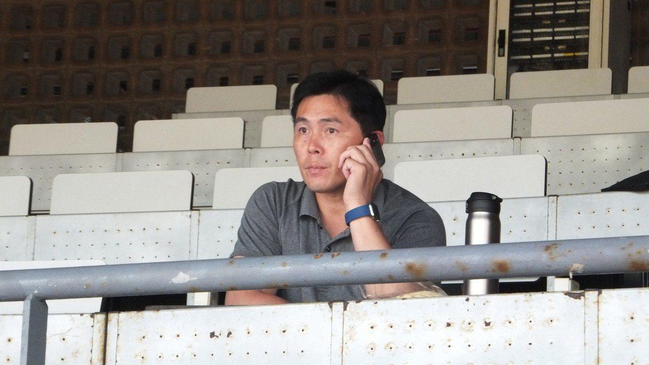 味全龍隊總教練葉君璋現身天母球場,仔細觀察國體大右投鄭浩均。記者藍宗標/攝影