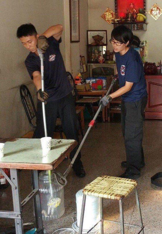 彰化消防局辦理捉蛇工作委外招標,未來消防人員抓蛇勤務將減少。圖/彰化消防局提供
