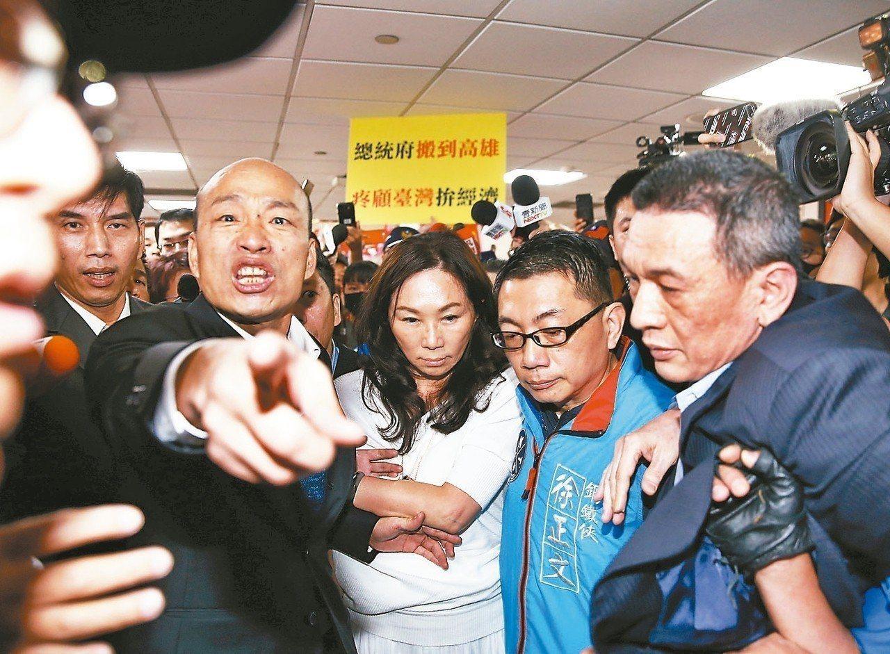 高雄市長韓國瑜結束訪美行程,清晨抵達桃園機場,上百位民眾瘋狂推擠,差一點危及身旁...