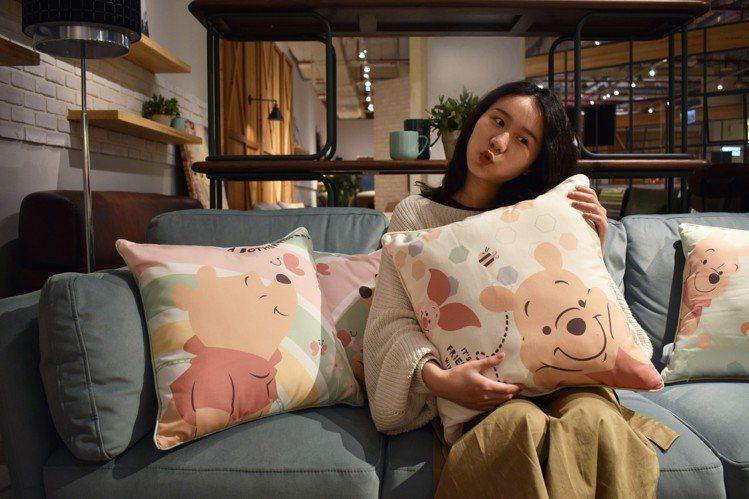 HOLA迪士尼系列方形小熊維尼抱枕,正反面有不同圖案,原價699元、特價499元...