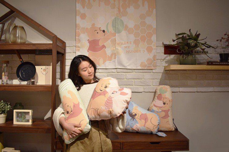 HOLA推出全台共限量5,000份的4款小熊維尼造型抱枕,每款包裝內皆附刮刮卡一...