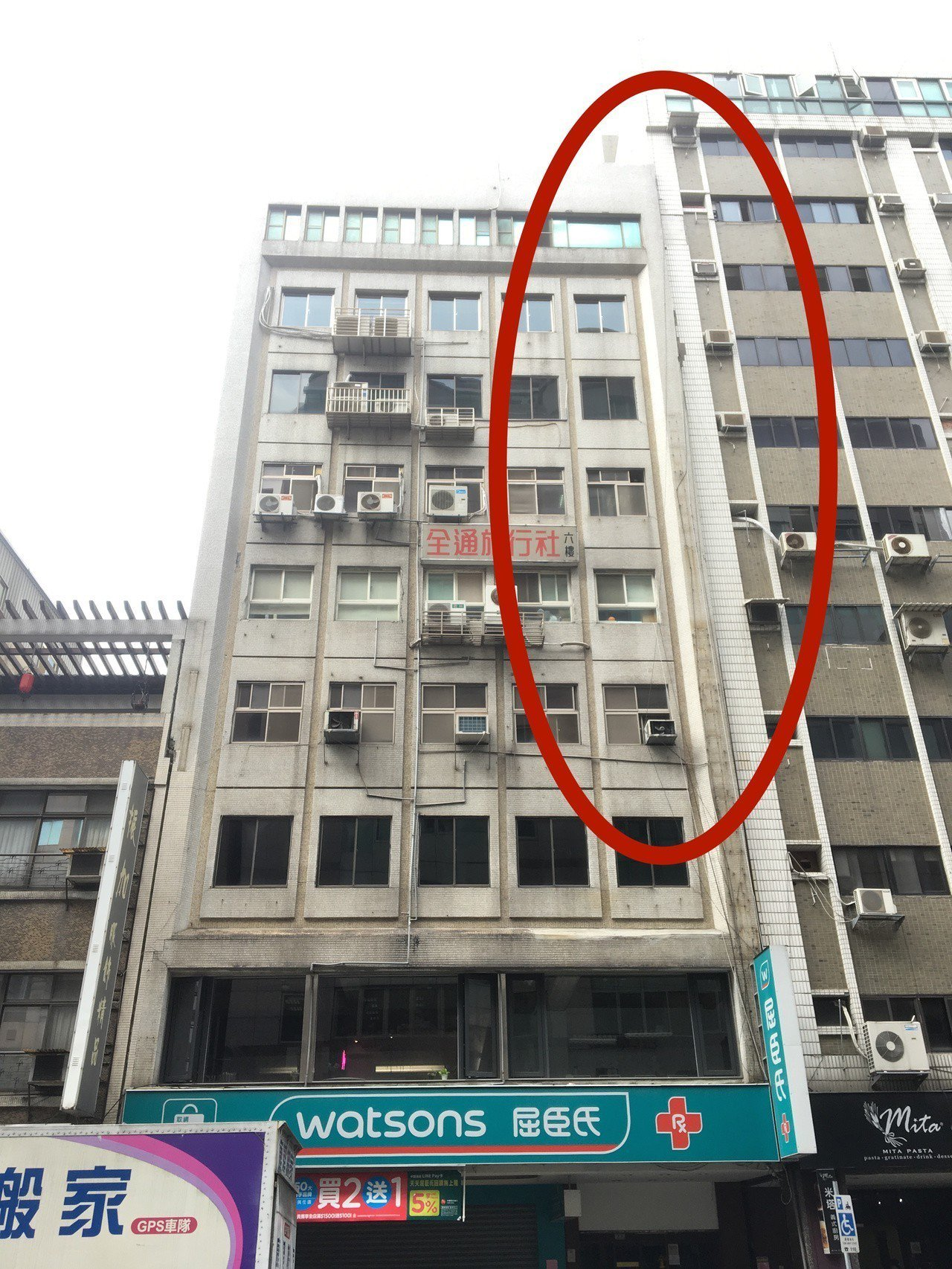 台北市長安東路二段金林大夏今天被強震影響,整棟往一旁的祥寧商業大樓傾斜。記者蔡翼...
