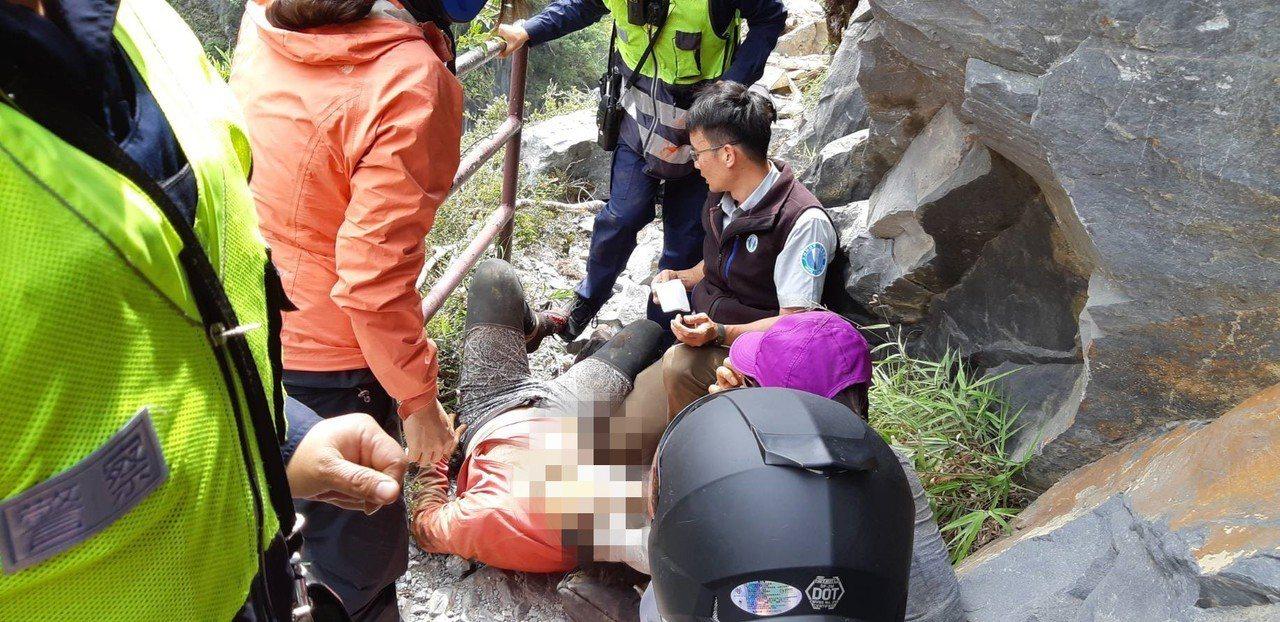 馬來西亞籍男性遊客下半身被落石壓住,經急救後已恢復心跳。圖/新城警分局提供