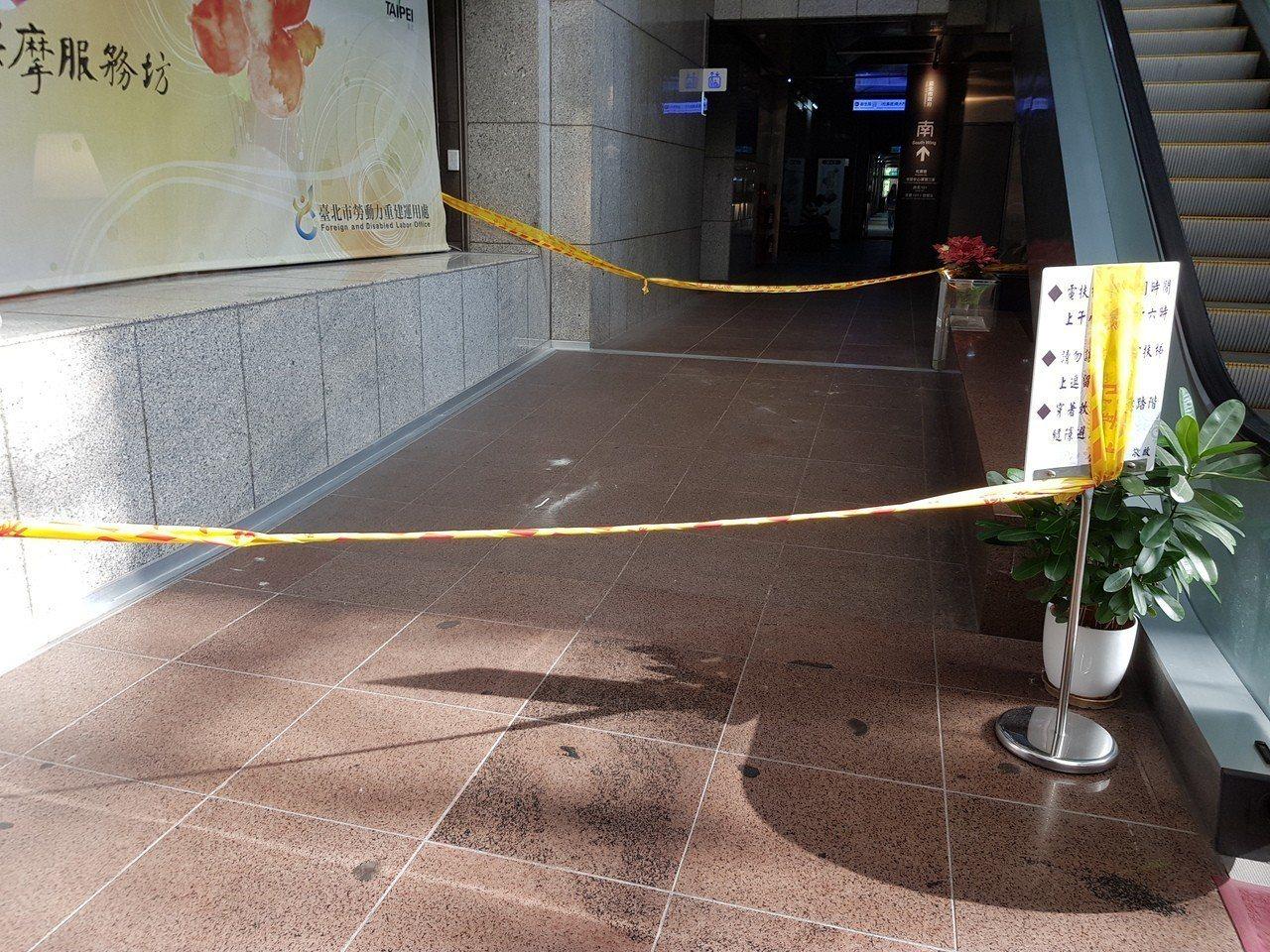 花蓮今天約下午1時發生規模6.1地震,北市府大樓1樓也發生中央天棚鋁製框架掉落的...
