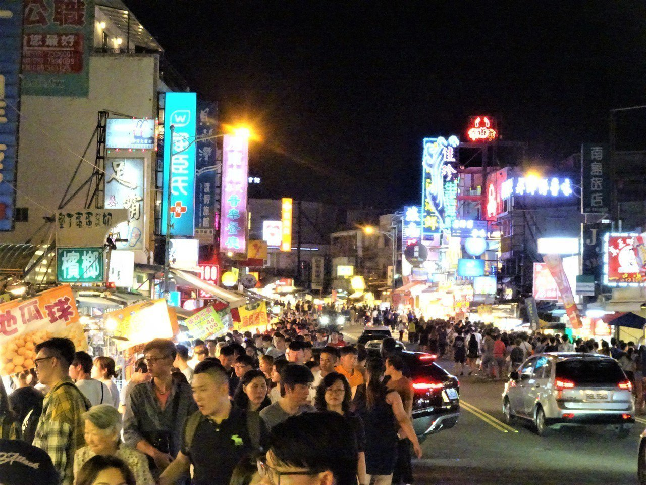 屏東墾丁大街夜市是匯集遊客的人氣街,卻衍生攤販占用省道、「假房東」違法收租和假日...