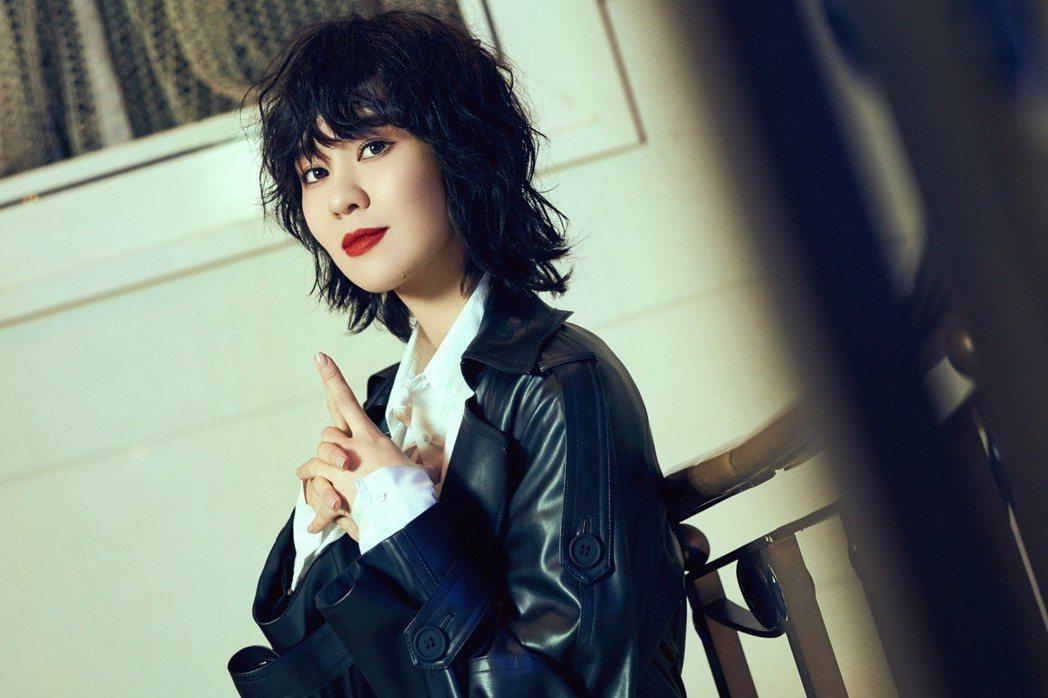 郁可唯在「記恨」MV飾演冷酷女殺手,過足戲癮。圖/華研提供