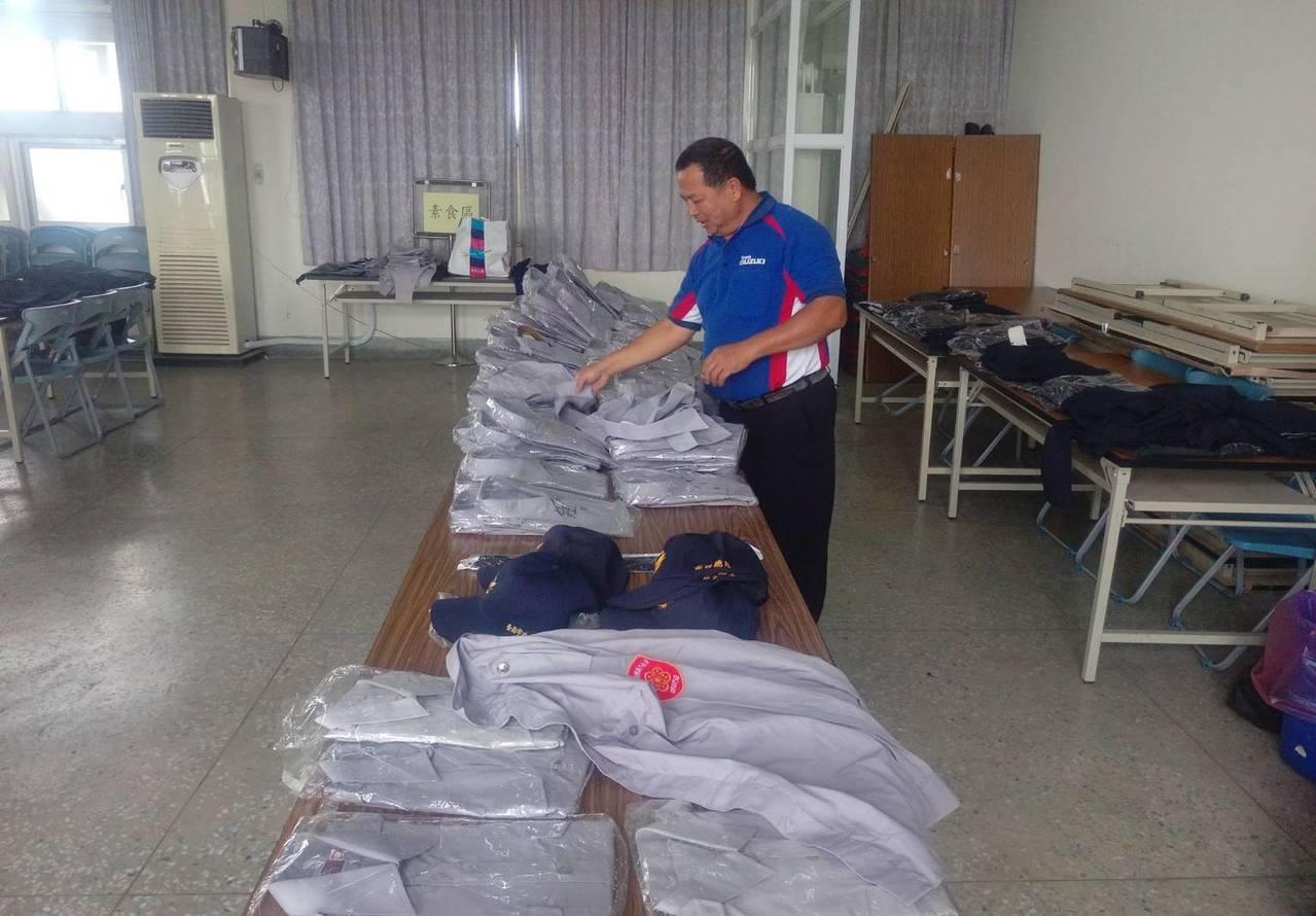 玉井分局員警捐出舊式制服提供義警民防協勤時穿著。圖/玉井分局提供