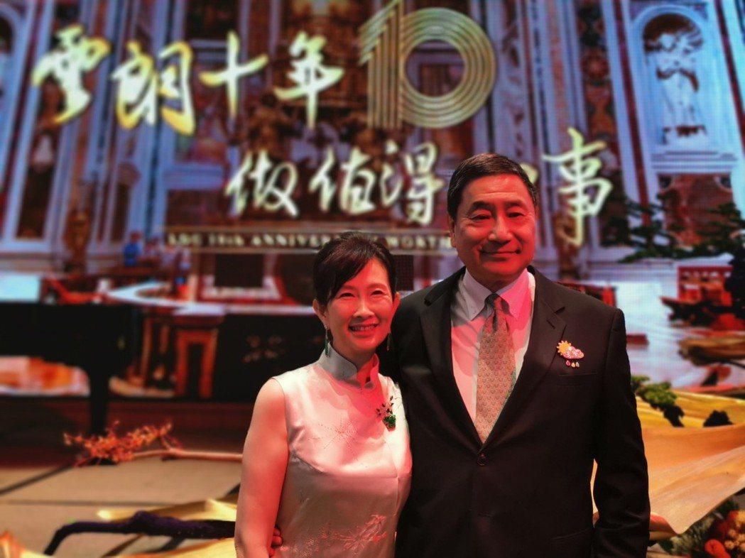 雲朗18日舉行雲朗10周年慶祝酒會,雲朗董事長辜懷如(左)、執行長張安平(右)夫...