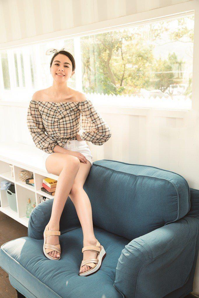 A.S.O輕穩健康鞋時尚休閒系列,強調身型比例高度、特殊材質與牛皮材質的搭配。圖...