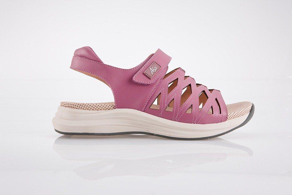 A.S.O輕穩健康鞋健步休閒系列,以透氣優雅、增加足部包覆的穩定度推出涼鞋。圖/...