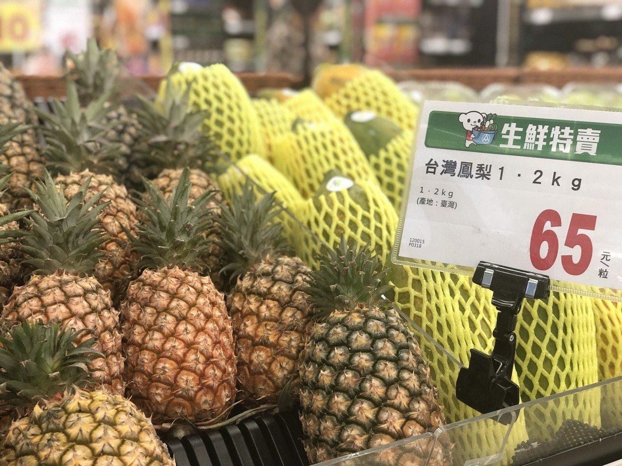 今年鳳梨盛產,內外銷都不錯。記者謝梅芬/攝影