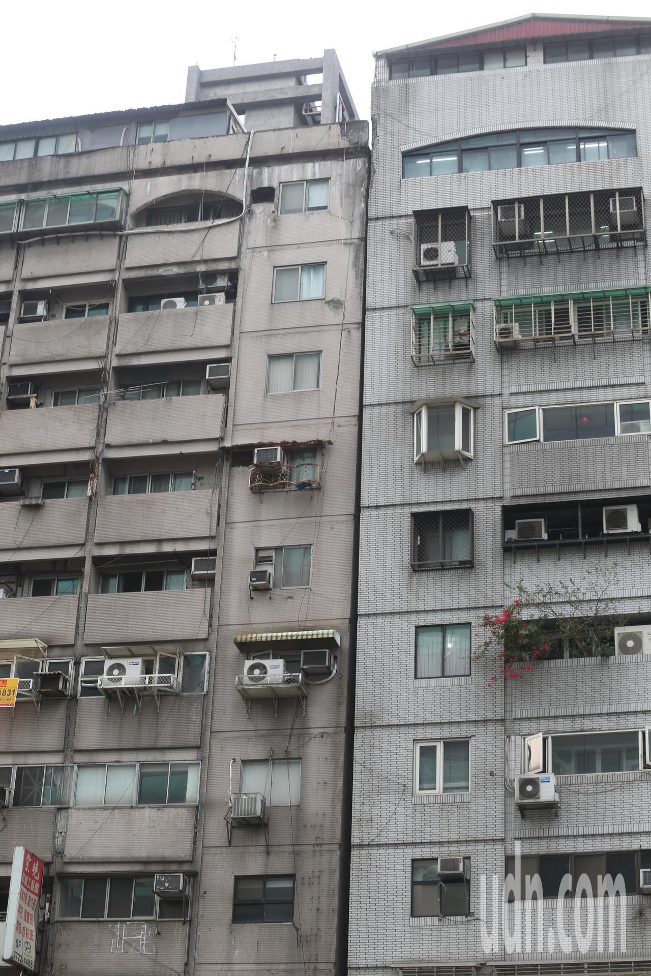 花蓮下午發生強震,台北市信義區信義路4段405號一棟大樓因此傾斜依靠在隔壁建築物...