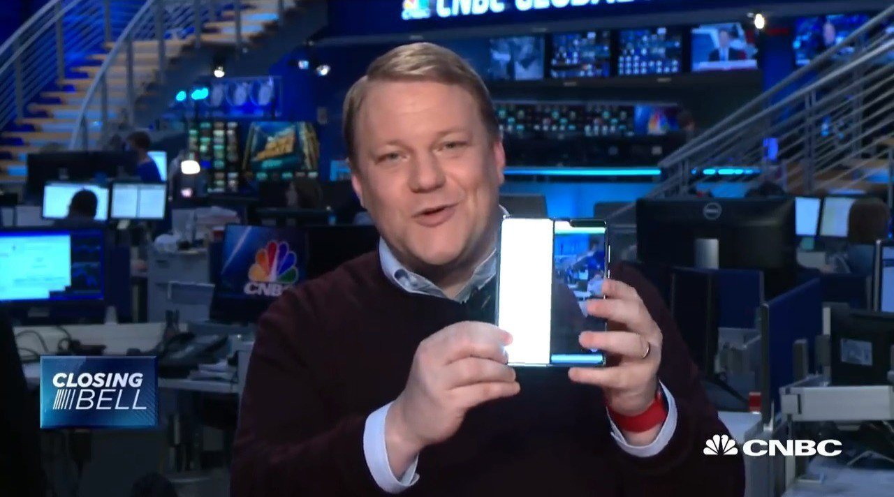 CNBC科技產品編輯海索騰在「Closing Bell」節目秀出開箱2天就故障的...