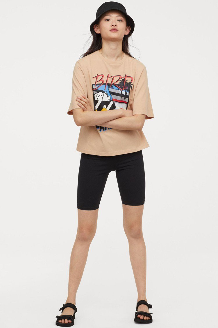 H&M 找來迪士尼傳奇動畫人物「唐老鴨」合作,推出第二輪亞洲時尚女裝系列。圖/H...