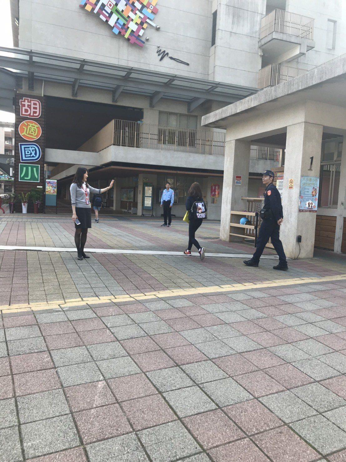 全國警察換穿新制服,台北市南港警分局利用上學時段,派員至轄區內各國小執行護童勤務...