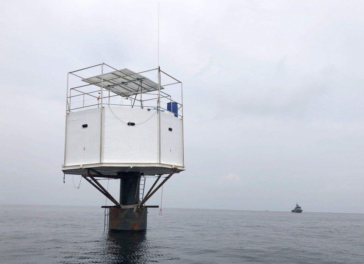 泰國海軍發現一對美國與泰國夫婦在普吉島外海建造小屋,宣稱此舉侵犯泰國主權。(歐新...