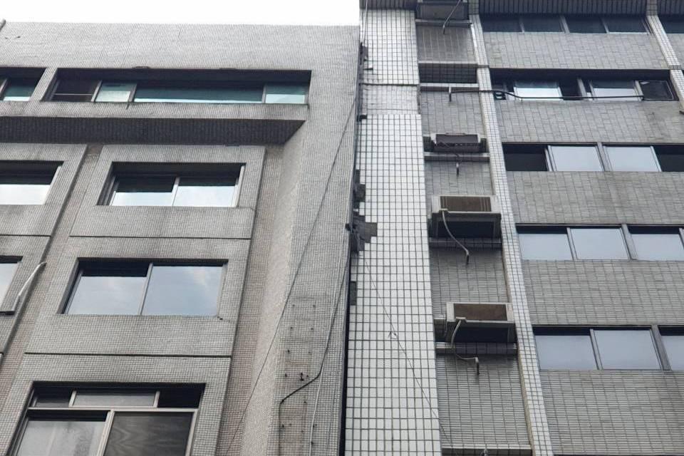 台北市長安東路某大樓傾斜,警消人員趕到疏散約100人,拉封鎖線警戒。記者李奕昕/...