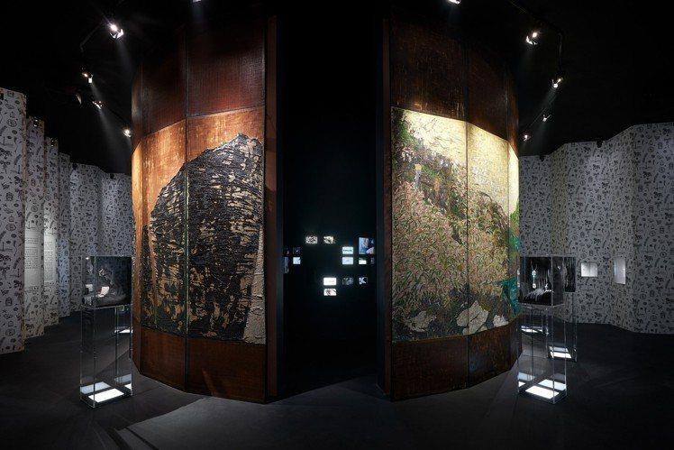 頂級珠寶展間主題裝置更與大陸藝術家吳觀真合作,由他以香奈兒女士收藏的烏木漆面屏風...
