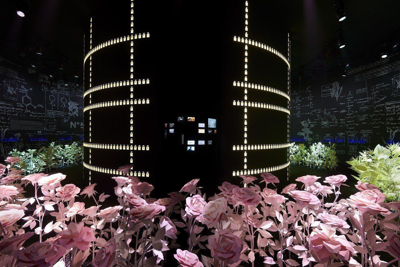 動態紙雕的五月玫瑰、茉莉、依蘭依蘭、橙花裝置也非常有趣。圖/香奈兒提供