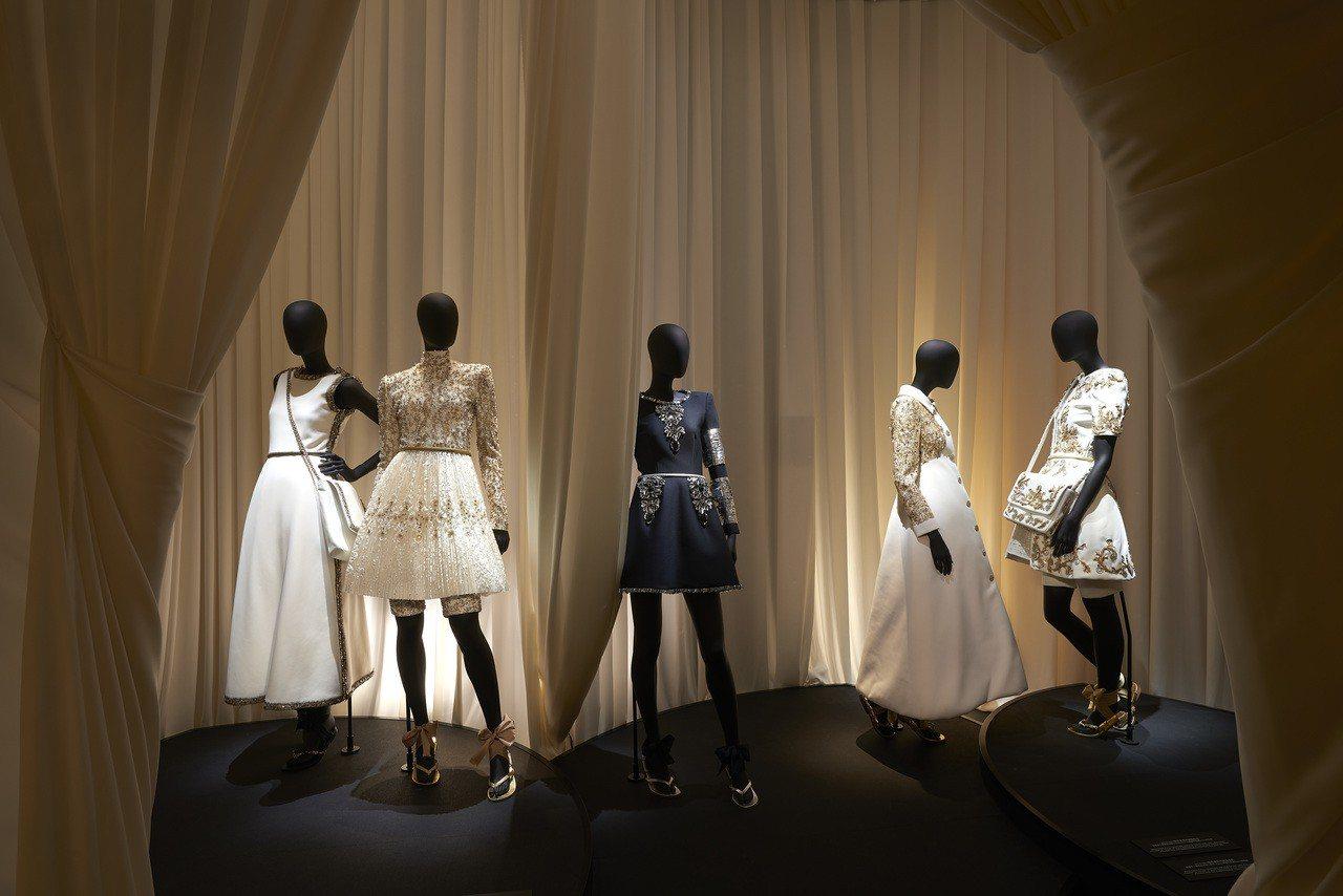 高級訂製服展間垂掛的各種布料網羅斜紋軟呢、烏干紗等等,讓參觀者也可以觸摸、感受材...