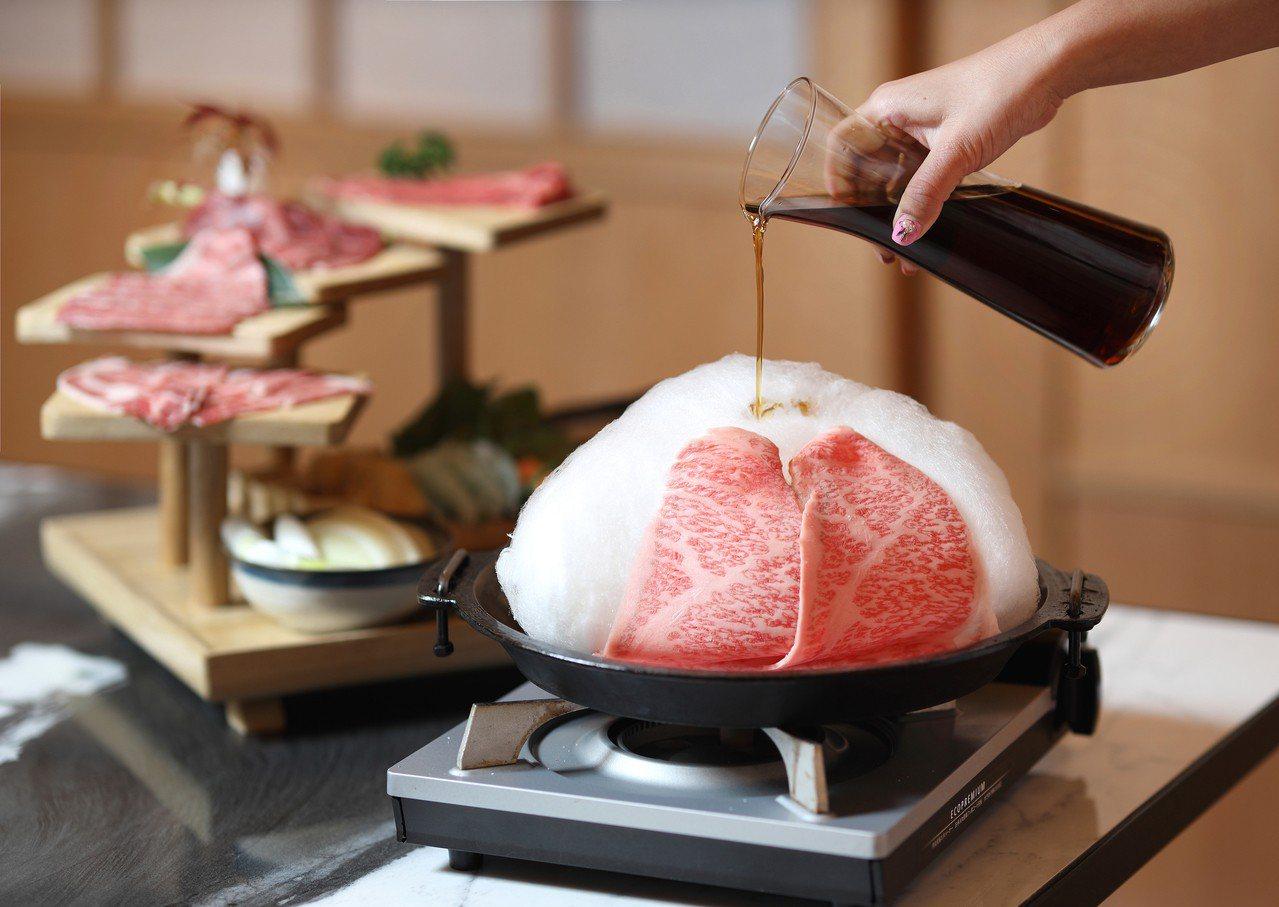 棉花糖和牛壽喜燒的特色之一,就是可在鍋內加入現製的棉花糖,當成湯底的調味之一。圖...
