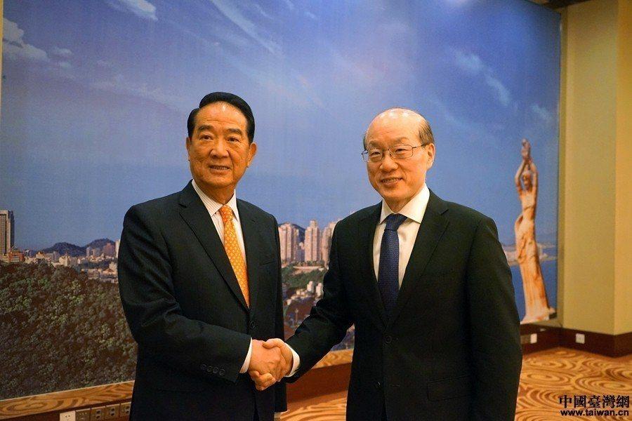 親民黨主席宋楚瑜(左)赴珠海與國台辦主任劉結一(右)會晤。 中國台灣網