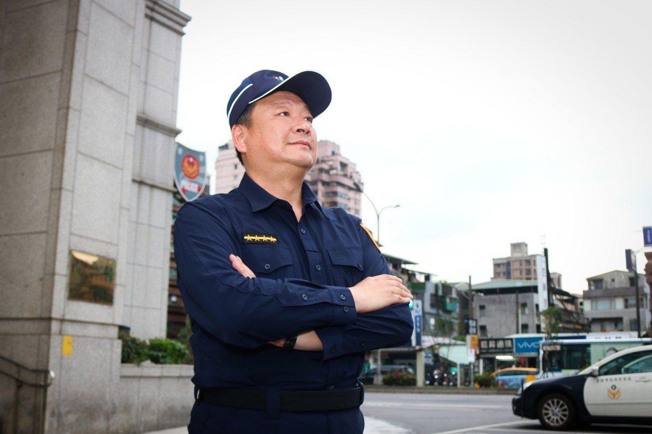 從警33年、即將退休的巡佐張政雄,面對生平穿過第3個版本的警察制服,感觸良多。記...