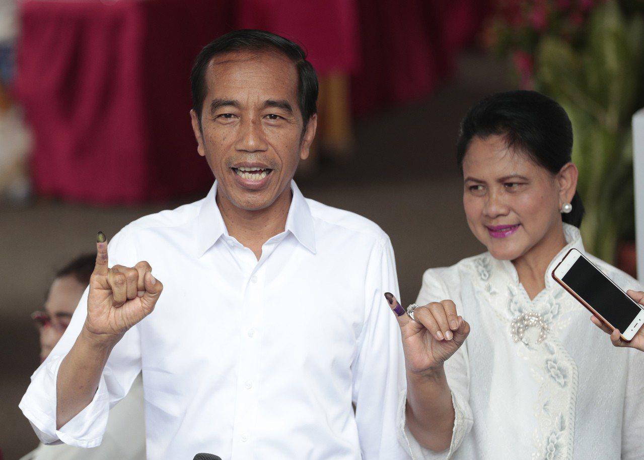 印尼總統佐科威伉儷17日參加投票。美聯社