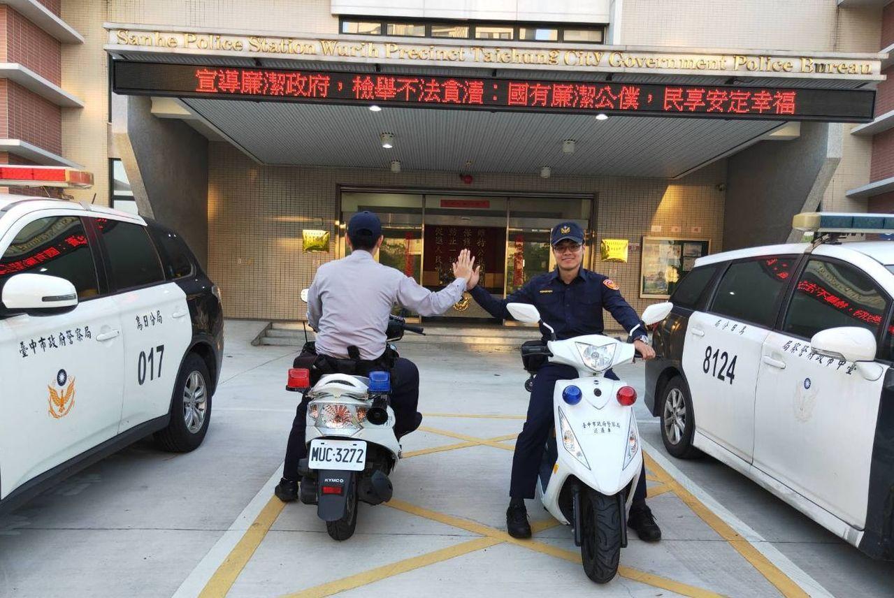 台中市警局烏日分局員警穿著新式(右)、舊式(左)制服對比照相,象徵世代傳承交替。...