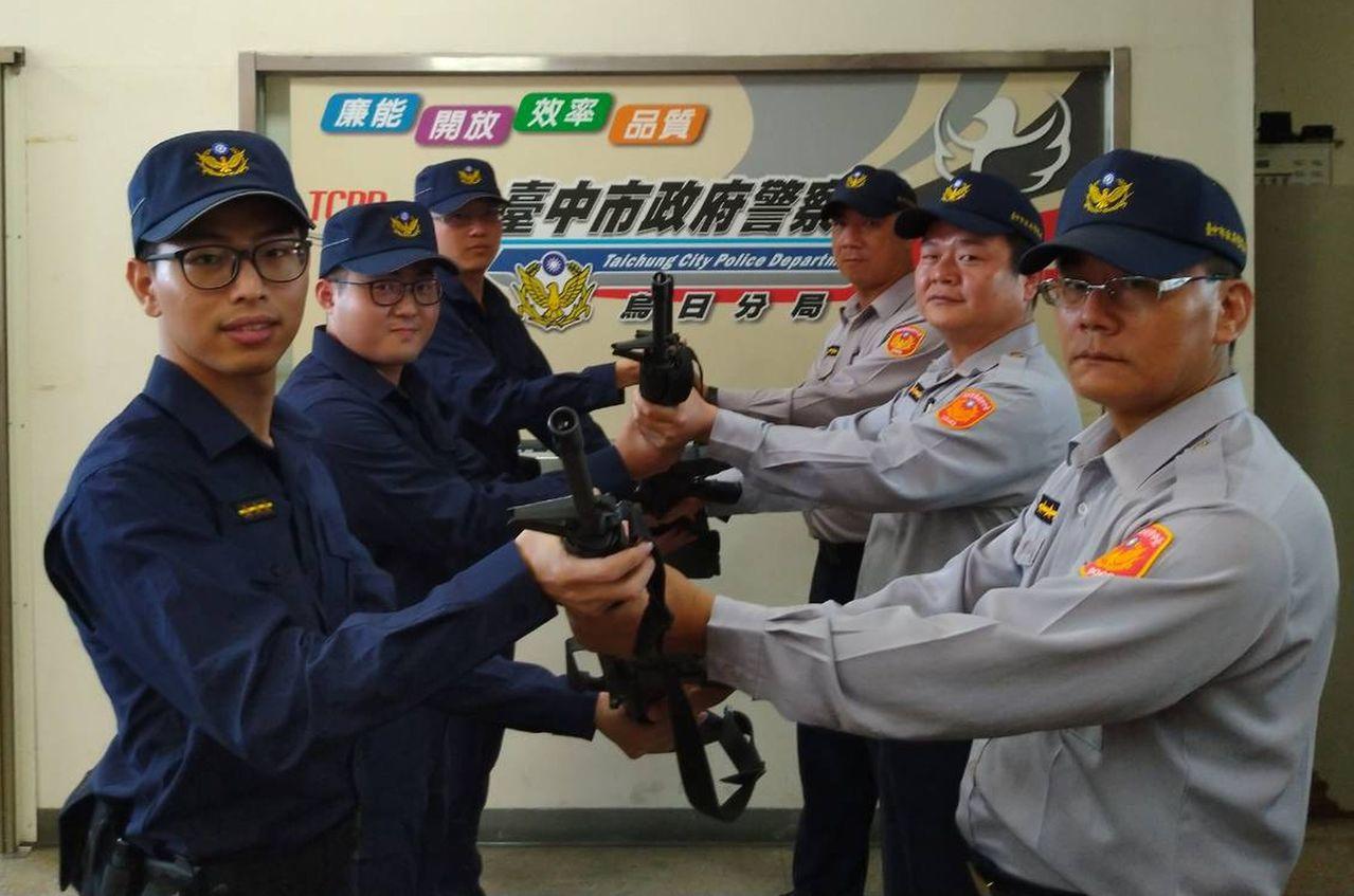 台中市警局烏日分局員警穿著新式(左)、舊式(右)制服對比照相,象徵世代傳承交替。...