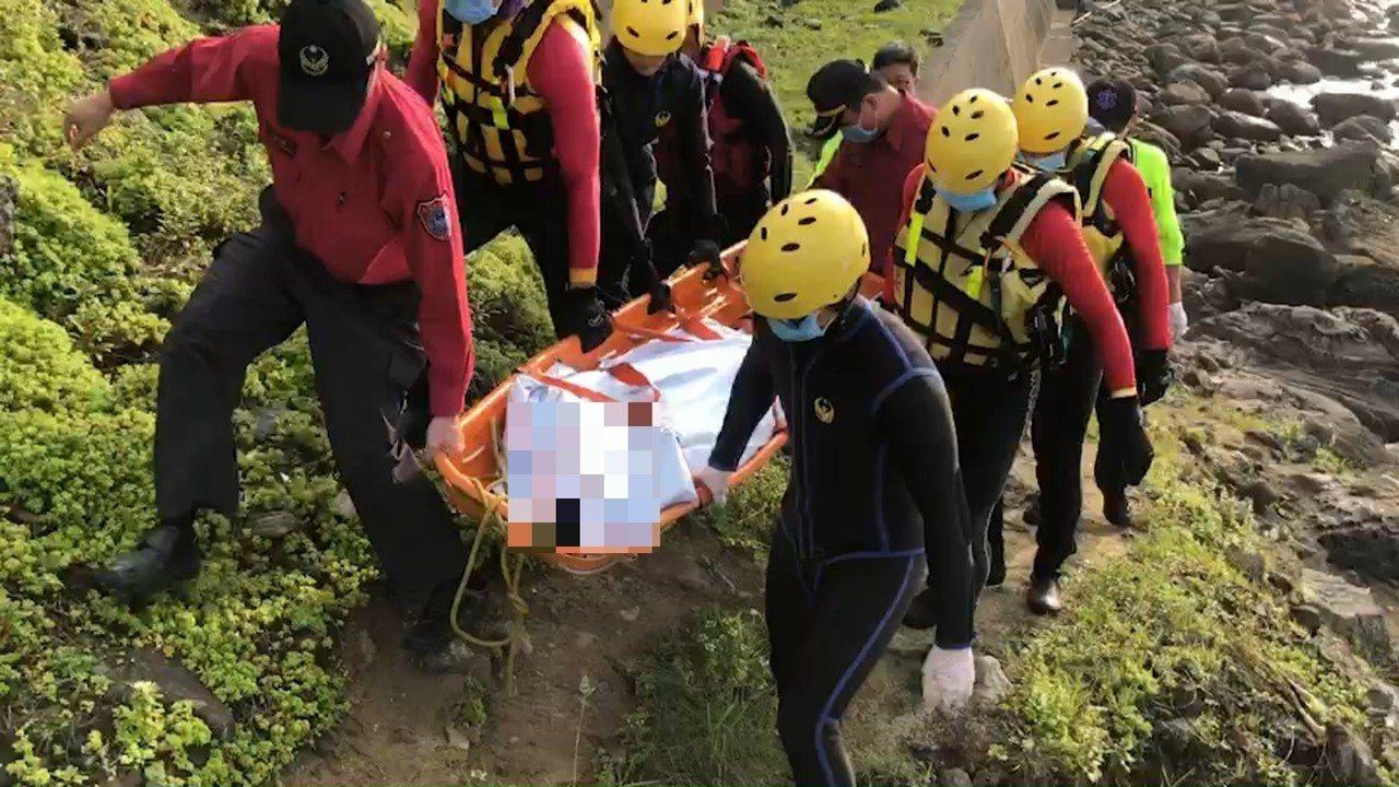 基隆市外木山一名男浮屍被救上岸。記者游明煌/翻攝