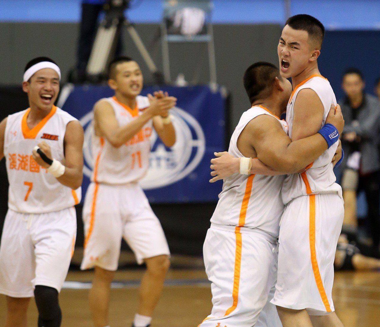 溪湖1分擊敗衛冕軍金華國中,球員開心慶賀。記者林澔一/攝影