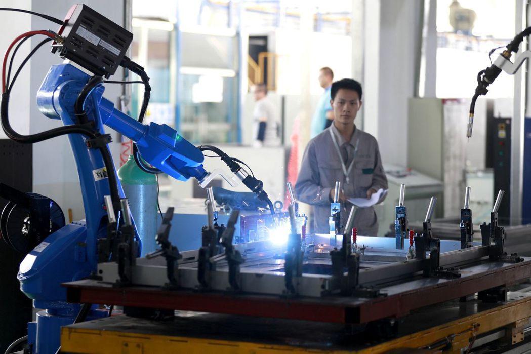 隨著裝配線日益自動化,企業對機器人與自動化系統維修保養人才的需求有增無減。路透