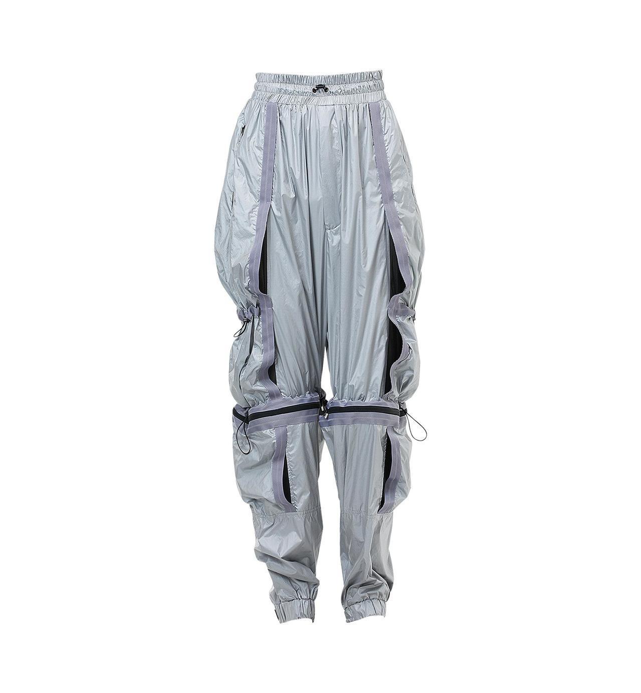 MCM銀色休閒降落傘褲,價格店洽。圖/MCM提供