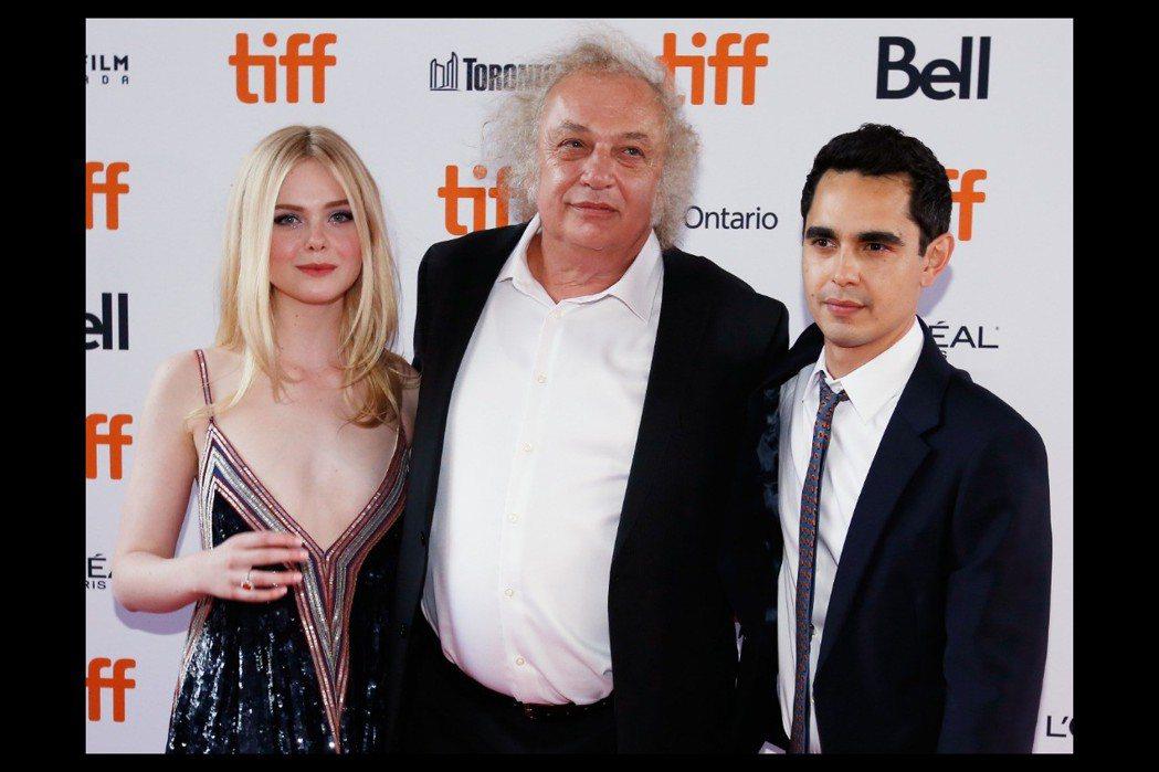 艾兒芬妮與「魔力女聲」導演麥斯明格拉(右)傳緋聞,首映會上彼此保持安全距離。圖/...