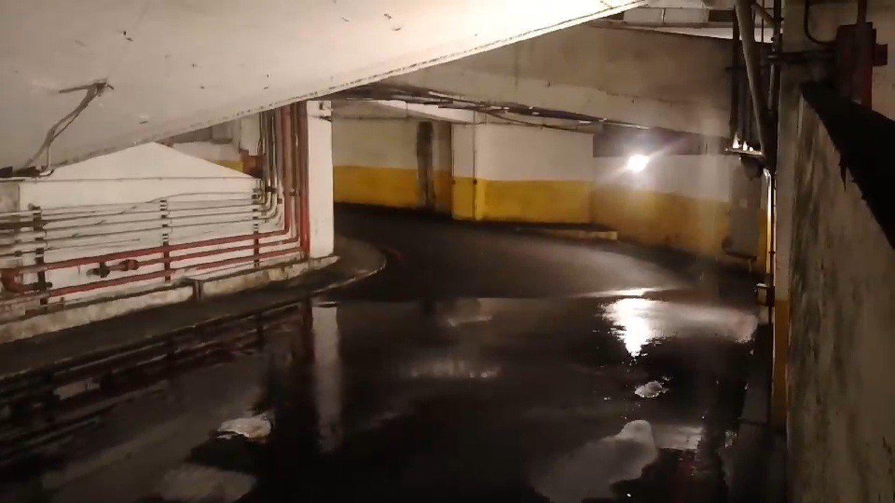 基隆市中山一路迴車塔今天晚上變瀑布,馬路淹水有如做水災。圖/議員楊石城提供