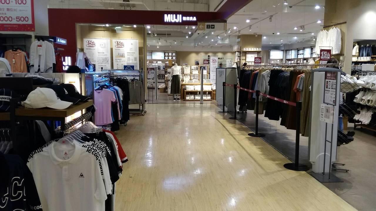 花蓮市區一間百貨公司因今天下午地震,專櫃玻璃應聲碎裂,3樓玻璃破裂處拉起警戒線。...