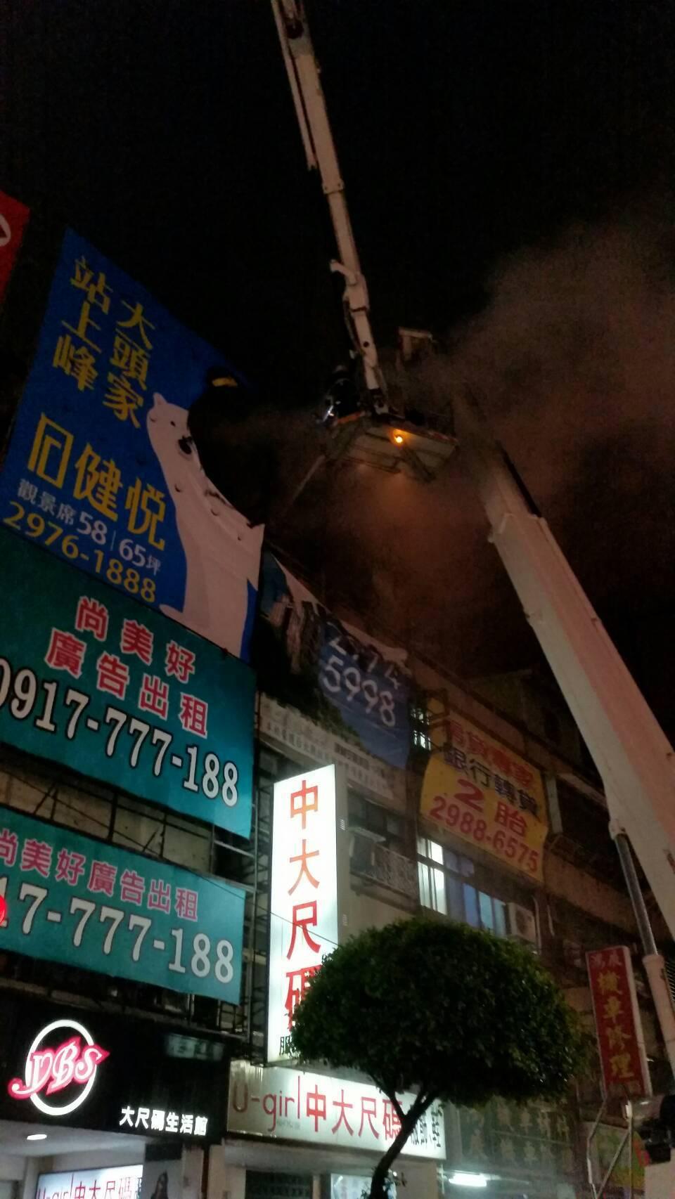 警消人員正在火災現場進行灌救,受困頂樓的5名住戶已順利救下,其中2人遭燒傷送醫。...