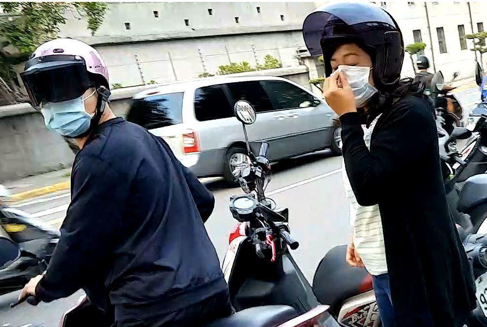 密醫林愈翔(左)、妻子陳窈萱稱可用「幹細胞治療」,協助因車禍變成植物人的輕艇國手...