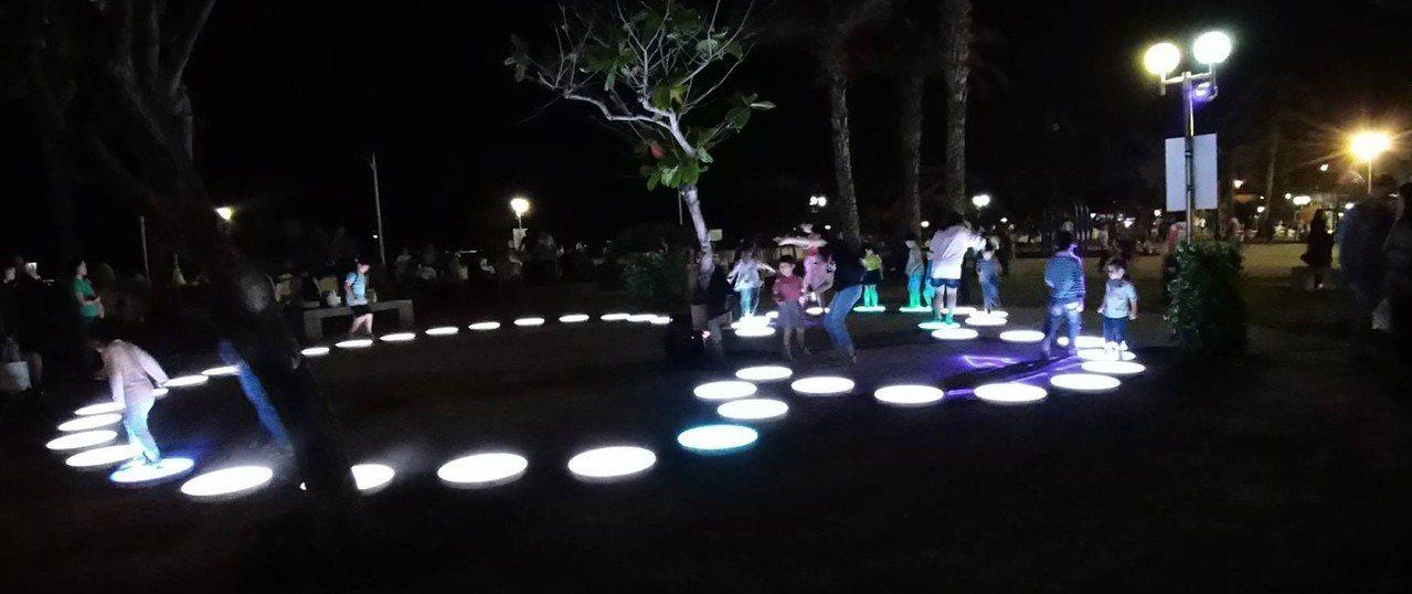 「澎湖國際海上花火節」今晚盛大開幕,觀音亭園的跳島互動燈區,讓小朋友玩得不亦樂乎...